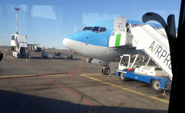 Matkustaja nappasi koneesta poistuttaessa kuvan ohjaamosta, jonka ikkunalasi oli mennyt kiitotiellä rikki.