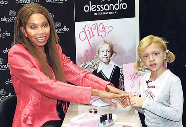 Anna esitteli valokuvamalliäitinsä Angela Ermakowan kanssa lasten kynsilakkaa kosmetiikkamessuilla.