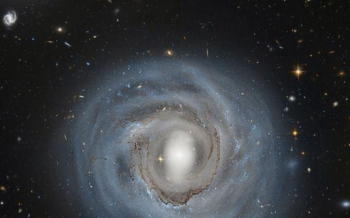 """Universumin muoto uusiksi? Uuden tutkimuksen mukaan universumi voi sittenkin olla kaareva ja äärellinen – nostatti """"kosmologisen kriisin"""""""