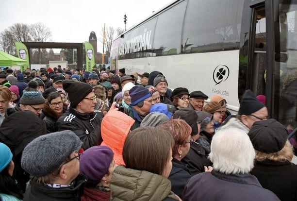 Joensuulaiset jonottivat Vanhasen vaalibussille jo kauan ennen kuin ehdokas itse saapui jakamaan ämpäreitä.