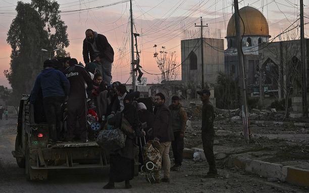 Irakin joukot auttavat siviilejä pakenemaan Länsi-Mosulista.