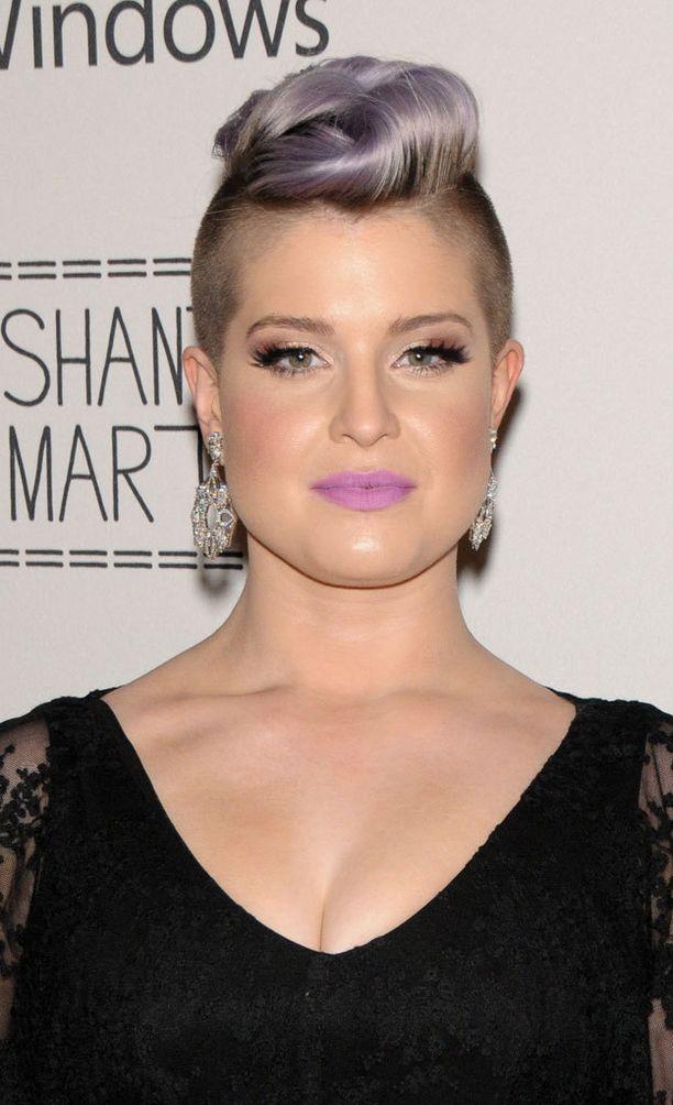Kelly Osbournen laventelin väriset huulet toistavat hiusten sävyä.