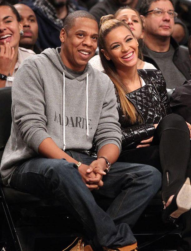 Jay-Z ja Beyonce seurasivat koripallomatsia Barclays Centerissä. He ovat vuokranneet areenan tiloista tilat lastenhoitoa varten.