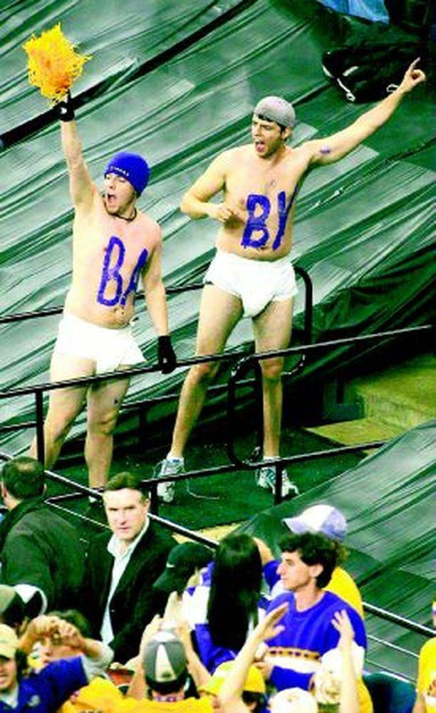 LIIAN JÄNNÄÄ? Yhdysvaltojen yliopistojen kisa koripallomestaruudesta muuttui loppuvaiheessa niin jännittäväksi, että osa katsojista varustautui varmuuden vuoksi vaipoilla.