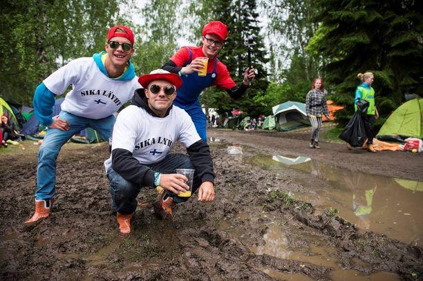 Festivaaliasuihin pukeutunut oululais-kokkolalais-espoolainen mieskolmikko Kaius Mertanen, Mikko Leppäniemi ja Otto Lehtinen tunnustaa faktat: Provinssissa sataa aina.