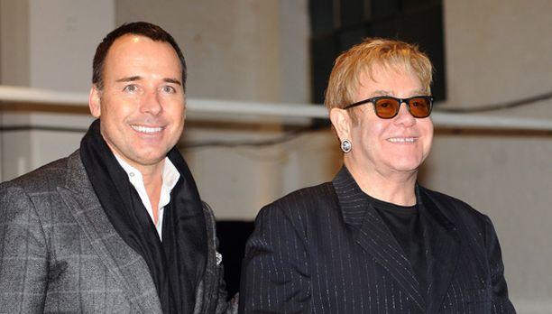David Furnish ja Elton John lahjoittivat melkoisen kasan vaatteita hyväntekeväisyyttä varten myytäväksi.
