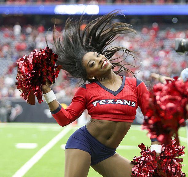 Simone Biles esiintyi jenkkifutisjoukkue Houston Texansin pelissä.