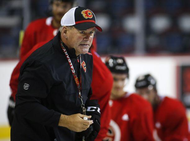 Entisten pelaajien syytökset uhkaavat Bill Petersin asemaa Calgary Flamesin valmentajana.