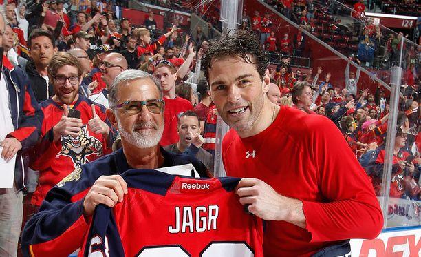 Jaromir Jagr (kuvassa oikealla) ja Aleksander Barkov tekivät loppukaudella kovaa jälkeä Floridan paidassa.