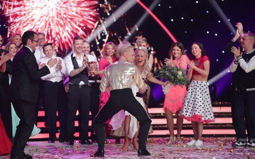 """Vuoden 2019 Tanssii tähtien kanssa -opettajat ja kilpailijat kerääntyivät """"luokkakokoukseen"""" – katso kuvat"""