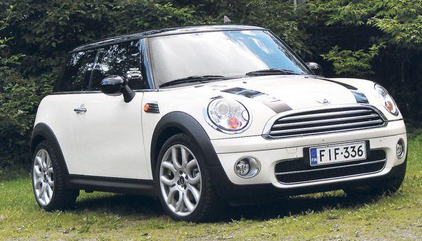 RAIDOITETTU Mini Cooper on urheiluauto pikkuauton kuosissa.