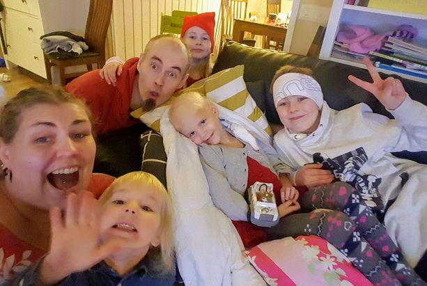 Jouluaattona onnellinen perhe yhdessä.