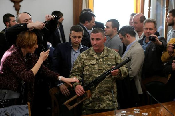 Prikaati 92:n komentaja Viktor Nikolyuk esitteli medialle venäläissotilailta Luhanskissa takavarikoitua kivääriä Kiovassa.