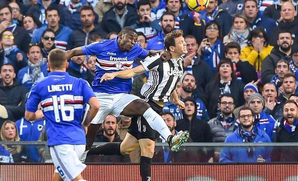 Duván Zapata (kesk.) nousi omiin korkeuksiinsa ja puski avausmaalin Sampdorialle Juventusta vastaan.