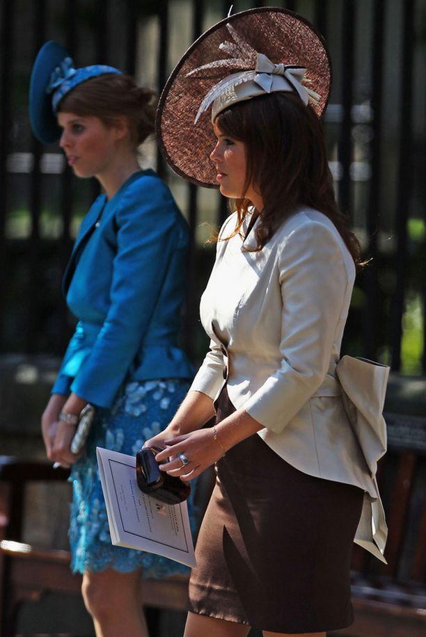 Prinssi Andrew'n tyttäret Beatrice ja Eugenie saapuivat serkkutytön häihin yhtä jalkaa.
