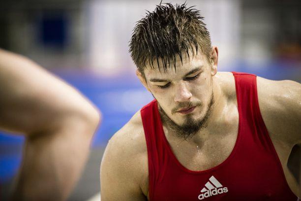 Arvi Savolaisesta tuli Trnavassa Suomen ensimmäinen painin alle 20-vuotiaiden maailmanmestari.