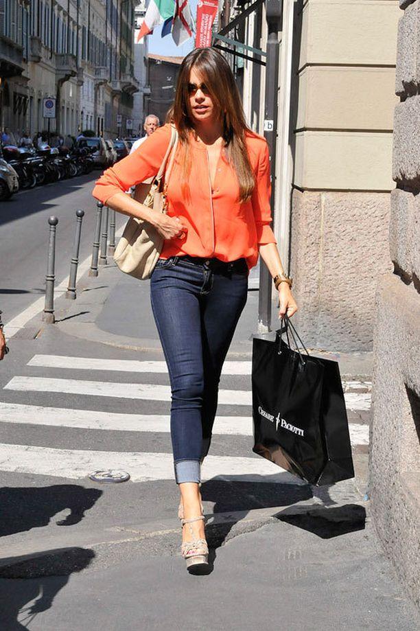Sofia suosii arkilookissaankin kirkkaita värejä.