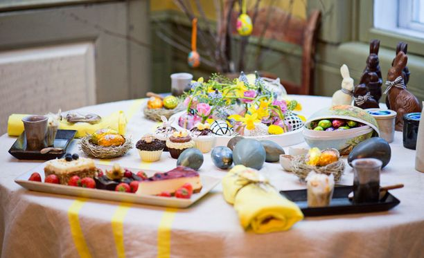 Pääsiäisen kahvipöydässä on keväisen raikkaat värit.