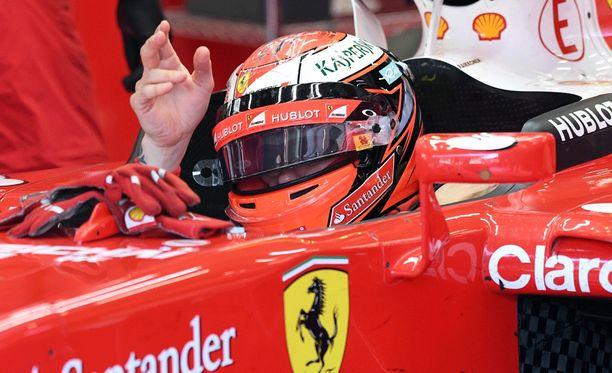 Kimi Räikkönen voitti jälleen tallikaverinsa Sebastian Vettelin.
