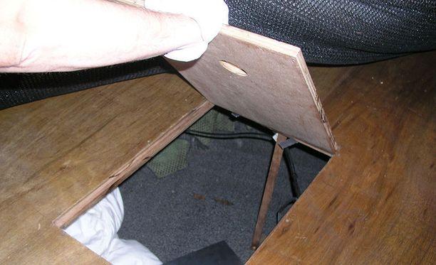Veneen maton alla lattiassa on luukku, jonka alla maahantuodut piilottelivat.