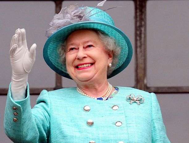 Kuningatar innostui vilkuttelemaan yleisölle Nottinghamissa.