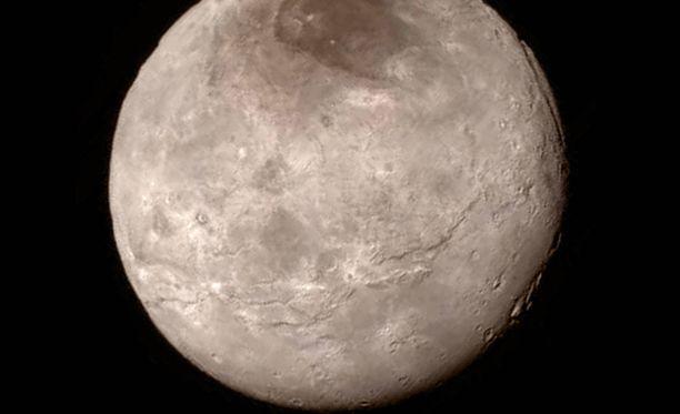 Pluton suurin kuu, Charon, kuvattuna uudesta luotaimesta käsin.