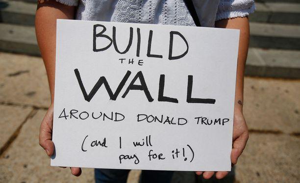 Rakentakaa muuri Donald Trumpin ympärille (ja minä maksan sen), yksi mielenosoittaja viestitti kyltillään.