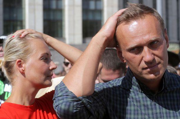 Aleksei Navalnyi ja vaimo Julija Moskovassa vuoden 2018 kesällä eläkeiän nostoa vastustaneessa mielenosoituksessa.