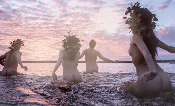 Suomalaisuuden ytimeen sukeltavaa Kalevalanmaata kuvaillaan yhtä aikaa kiitosvirreksi, ylistyslauluksi ja tukkapöllyksi.