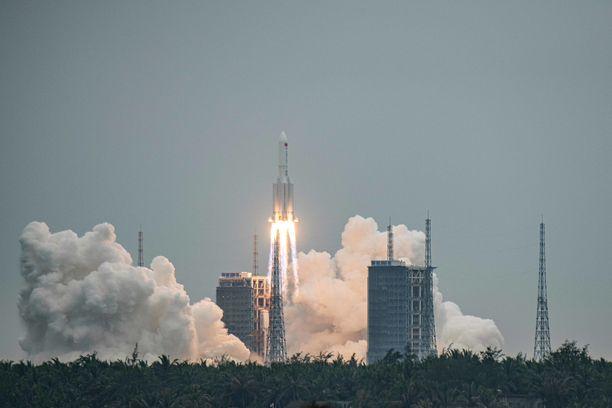 Long March 5B -raketti lähdössä avaruuteen Kiinassa huhtikuun 29. päivänä 2021.