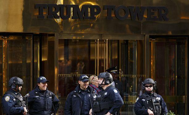 Donald Trump asuu ja pitää päämajaansa Trump Towerissa New Yorkin keskustassa. Talon edessä on Trumpin presidentiksi valinnan jälkeen ollut mittavat turvatoimet.