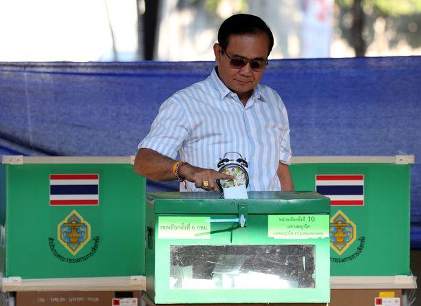 Näyttää siltä, että Thaimaan pääministeri  jatkaa tehtävässään vaalien jälkeen.