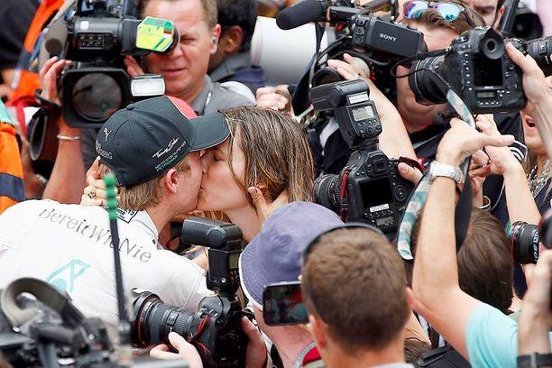 Toukokuussa 2014 pariskunta on jo kihloissa. Samalla rakastunut Sibold suutelee Monacon F1-kilpailun voittanutta Nicoaan hellästi kilpailun jälkeen.