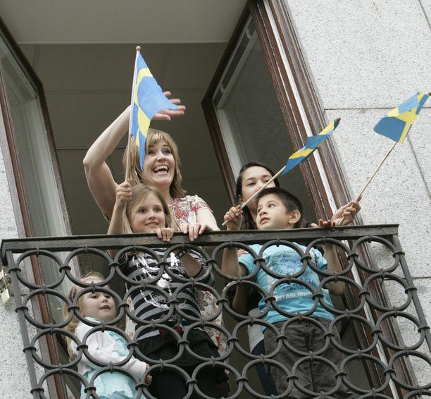 Yleisöä oli runsaasti sekä nuorenparin hääkulkuereitin varrella että kuninkaanlinnan edustalla.