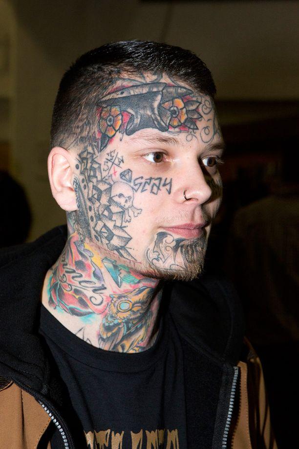 Samuli Pinola otti ensimmäisen tatuoinnin 14-vuotiaana. - Joskus ihmiset hämmästelevät mutta uskallan kuitenkin mennä pankkiin asioimaan. Jokainen päättää omasta ulkonäöstään.