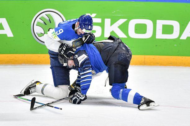 Olli Määttä on Suomen MM-joukkueen toinen NHL-pelaaja. Kuvassa Määttää runttaa Kazakstanin Jesse Blacker.