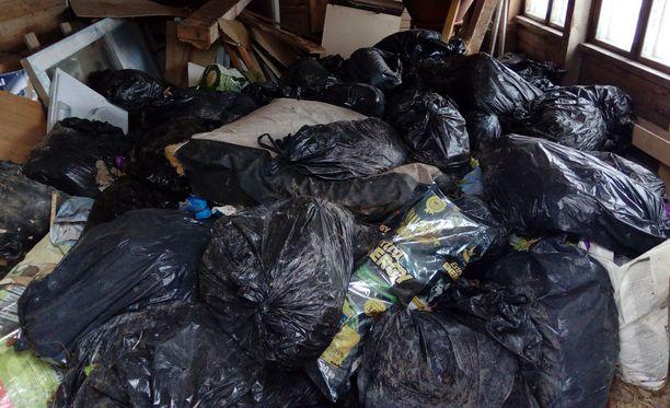 Kiinteistön omistaja kertoo jätesäkkejä kertyneen 50, kun hän tyhjensi taloa jätteistä.