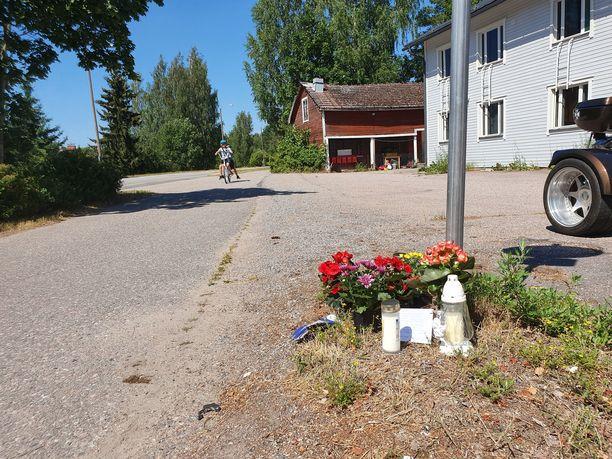 Onnettomuuspaikalle oltiin tuotu kukkia ja kynttilöitä maanantaina.