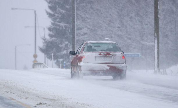 Oulun poliisin mukaan Limingassa Pohjantiellä Tupoksesta hieman etelään suistui linja-auto ojaan myöhään torstaina illalla huonon kelin takia. Kuvituskuva
