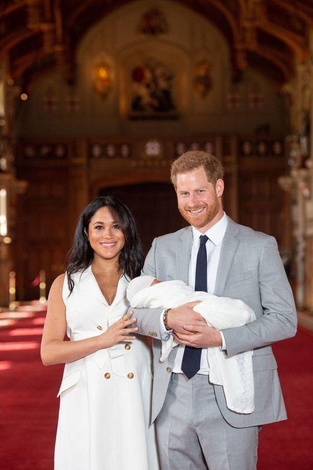 Prinssi Harryn ja herttuatar Meghanin poika esiteltiin keskiviikkona koko maailmalle.