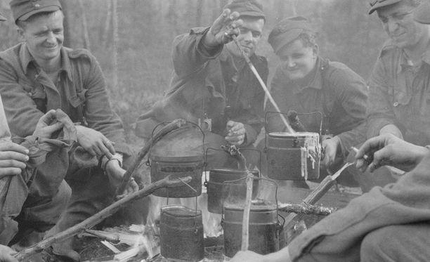 Tässä kuvassa suomalaiset sotilaat syövät (lihatonta) puuroa partiomatkalla Rukajärvellä lokakuussa 1942.