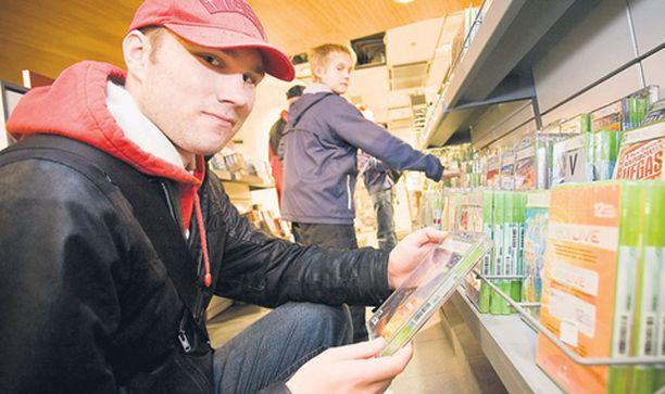 PELIEN PERÄSSÄ – Suosin nettikauppaa, koska sieltä saa pelit edullisemmin. Välillä täällä tavaratalossa täytyy kuitenkin käydä katsomassa mahdollisia erikoistarjouksia, Stockmannilla Xbox 360:n pelejä tutkaileva Lauri Vaara kertoo.