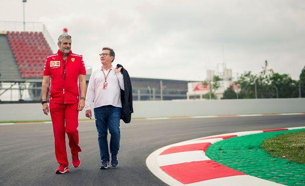 Uusi Ferrari-tutkapari Maurizio Arrivabene (vas.) ja Louis Camilleri eivät pidä kiirettä Kimi Räikkösen jatkosopimuksen kanssa.