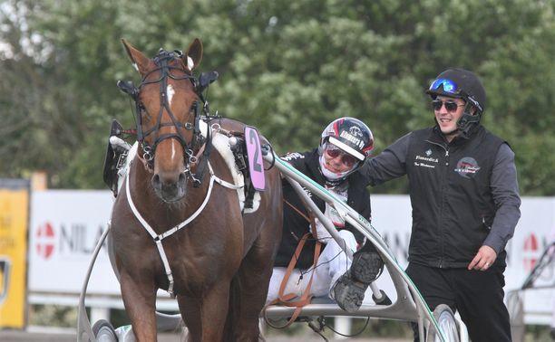Vitter on juossut urallaan 47 starttia, joista se on ansainnut 274 140 euroa. Kuvassa ohjastaja Mika Forss ja hoitaja Toni Mäntyniemi riemuitsevat vuoden 2016 Kuninkuusraveissa Vitterin kuninkuutta.