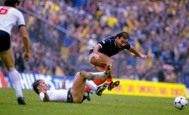 Kenny Sansom oli arvostettu puolustaja. Skotlannin Willie Miller väisti Sansomin taklauksen vuonna 1985.