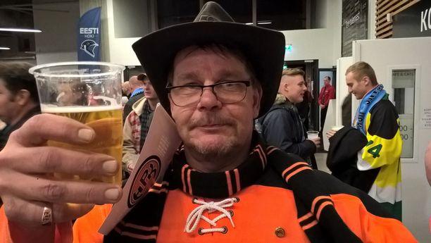 HPK-fani Kai Norr ihmetteli kallista oluttuoppia.