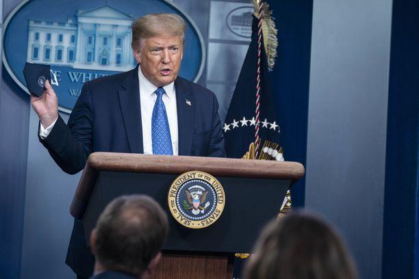 Presidentti Trump esitteli myös suojanaamiota tiedotustilaisuudessa.