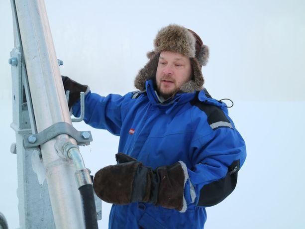 Talvikylää rakentava Kalle Komulainen luottaa pakkasessa villaan, kerrospukeutumiseen, karvalakkiin ja nahkkakintaisiin.