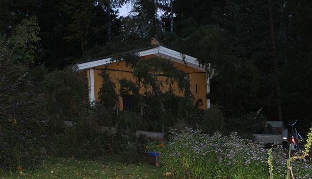 Autotalliin osuneen puun pamaus oli niin kova, että myös naapuri tuli katsomaan tilannetta.