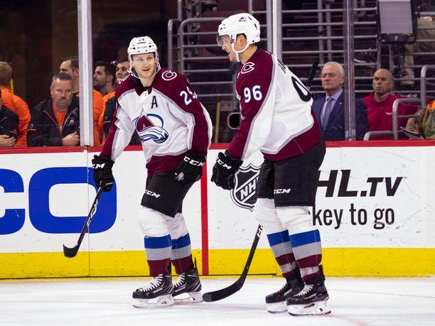 Mikko Rantanen (oikealla) ja Nathan Mackinnon ovat NHL:n pistepörssin ykkönen ja kakkonen, mutta molemmat jäivät perjantaina ilman tehopisteitä.